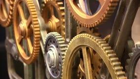 Bewegende toestellen van oud mechanisme dicht omhoog stock footage