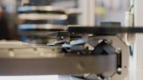 Bewegende transportband met details onder scanner, zijaanzicht stock videobeelden