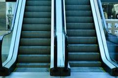 Bewegende Treppe im Speicher Rolltreppe stockfotos
