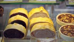 Bewegende vitrine voor minicakeskoffie toont venster met gebakje 4k stock videobeelden