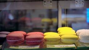 Bewegende vitrine voor minicakeskoffie toont venster met gebakje 4k stock footage