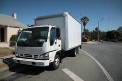 Bewegende vrachtwagen op straat Stock Foto's