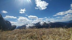 Bewegende wolken in berg stock video