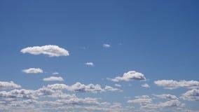Bewegende wolken en blauwe hemel stock footage