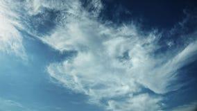Bewegende wolken en de blauwe tijdspanne van de hemeltijd Stock Foto