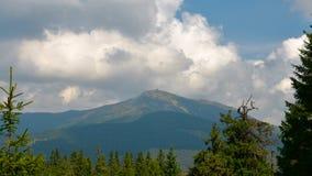 Bewegende wolken over de bergpiek Karpatische bergen stock footage