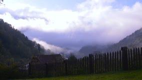 Bewegende wolken over de bergvallei stock footage