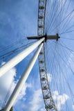 Bewegendes London-Auge auf Hintergrund des blauen Himmels Lizenzfreie Stockfotos
