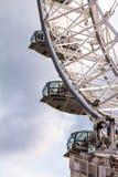 Bewegendes London-Auge auf Hintergrund des blauen Himmels Stockfotos