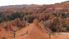 Beweging bij Hoog Puntmening bij de Bergen en de Klippen van Bryce Canyon With Orange Red stock video