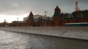 Beweging langs de Dijk van het Kremlin stock video