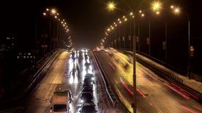 Beweging van auto's op de brug in het avond spitsuur de tegemoetkomende steeg is vrij stock video