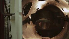 Beweging van delen in een bedrijf in een grote fabriek De machinewerken stock video