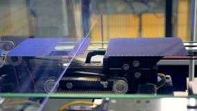Beweging van innovatieve energiecomponenten op de productielijn 4K stock video