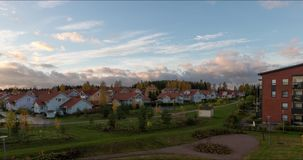 Beweging van wolken tijdens de gebouwen timelapse zomer videokerava Finland stock video