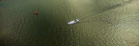 Bewegliche Boote auf oberster aero Ansicht des Wassers Panoramisches Foto Lizenzfreies Stockbild