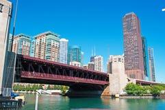 Bewegliche Brücke auf dem Chicago River mit Gebäuden und Wolkenkratzerskylinen Stockfotos