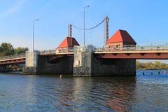 Bewegliche Brücke Eagle durch Deyms Fluss Stockfotos