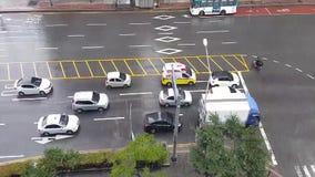 Bewegliche Fahrzeuge in der Draufsicht der Regenzeit stock video footage