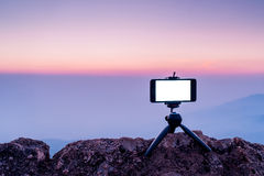 Bewegliche Fotografie des intelligenten Telefons auf den felsigen Bergen gestalten landschaftlich Stockfotos