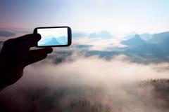Bewegliche Fotografie des intelligenten Telefons von sonnigen felsigen Bergen gestalten, nebelhafter Frühlingstag landschaftlich Lizenzfreies Stockfoto