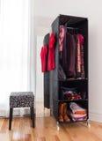 Bewegliche Garderobe mit Kleidung und Schuhen lizenzfreie stockfotos