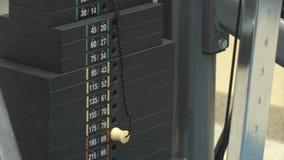 Bewegliche Gewichtsstapel der Turnhalle stock footage