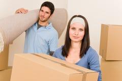 Bewegliche junge Paarhauptkästen und -teppich stockbilder