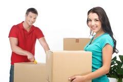 Bewegliche Kästen der Paare und Auspackenmaterial Stockfotos