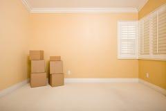 Bewegliche Kästen im leeren Raum mit Exemplar-Platz auf Wand Stockfotografie