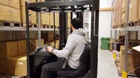 Bewegliche Kartone eines Arbeiters mit Gabelstapler im Lager/im Speicher industriell Transportkonzept, stock video