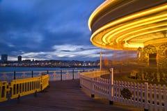 Bewegliche Karussellkarnevalsfahrt am Sonnenuntergang Lizenzfreie Stockfotografie