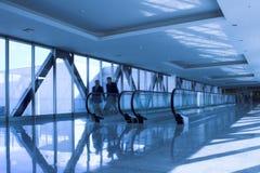 Bewegliche Leute nähern sich der Rolltreppe lizenzfreie stockfotos