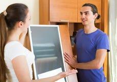 Bewegliche Möbel der Paare im Raum Lizenzfreie Stockbilder