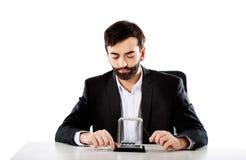 Bewegliche Newtonbälle des Mannes im Büro Stockfoto