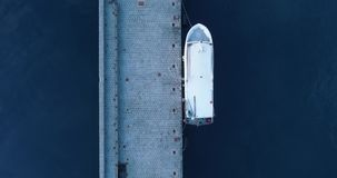 Bewegliche obenliegende Antenne des Mittelmeerhafens mit Fischerboot in der Saline Natur draußen reisen establisher stock video footage