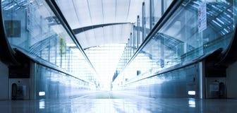 Bewegliche Rolltreppe in der Bürohalle Lizenzfreie Stockfotografie