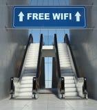 Bewegliche Rolltreppentreppen im Gebäude, freies wifi Zeichen Stockbild