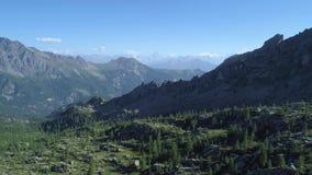 Bewegliche Seite über Kiefernholztal mit Matterhorn am sonnigen Sommertag Alpen Europas Italien ` Valle d Grün Aosta im Freien stock video footage