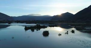 Bewegliche Seite auf Sonnenaufgangsee im Sommer Grünes Natur Europas Italien scape im Freien wildes Luft-establisher Flug des Bru stock footage