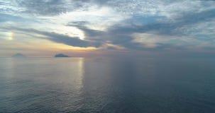 Bewegliche Seitenvogelperspektive des Mittelmeeruferstrandes in der Saline mit weitem Stromboli-Vulkan Natur draußen reisen stock video