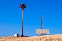 Bewegliche Station in der Wüste, angeschalten durch Solarpa Stockbild