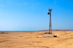 Bewegliche Station in der Wüste, angeschalten durch Solarpa Lizenzfreie Stockfotos