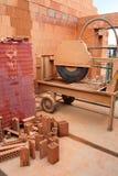 Bewegliche Tabelle sah für den Schnitt von Ziegelsteinen und von anderem buildi Stockbilder