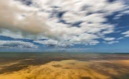 Bewegliche Wolken über dem Ozean nachts Getrennt auf Weiß Stockbild