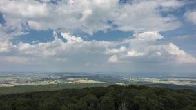 Bewegliche Wolken über dem Wetterau, wie vom Standpunkt Winterstein gesehen stock footage