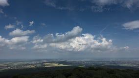 Bewegliche Wolken über dem Wetterau, wie vom Standpunkt Winterstein gesehen stock video