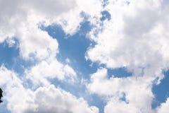 Bewegliche Wolken im Himmel lizenzfreie stockfotos