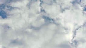 Bewegliche Wolken und blauer Himmel Geschossen auf Kennzeichen II Canons 5D mit Hauptl Linsen stock video