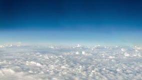 Bewegliche Wolken und tiefer blauer Himmel stock video